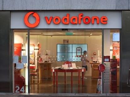 Una tienda de Vodafone en Barcelona, en una imagen de archivo.
