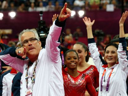 El entrenador del equipo femenino de gimnasia de Estados Unidos, John Geddert, celebra con el equipo la medalla de oro en los Juegos Olímpicos de Londres 2012.