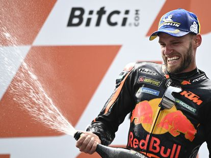 El sudafricano Brad Binder celebra la victoria del GP de Austria en el podio.