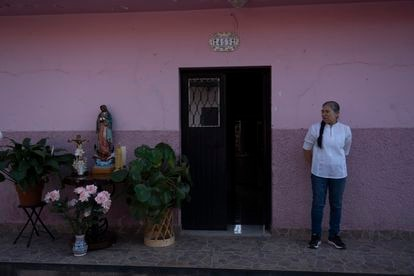 Una mujer vecina de Aguililla observa el paso de la procesión.