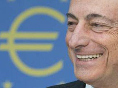 El presidente del Banco Central Europeo (BCE), Mario Draghi, sonríe durante una rueda de prensa ofrecida en Fráncfort (Alemania). EFE/Archivo