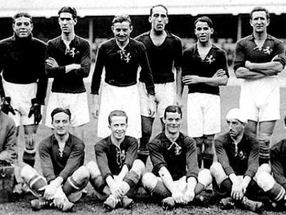 Selección española de la temporada 1920-21. De izquierda a derecha y de arriba a abajo: Zamora, Eguiazábal, Vallana, Belauste, Samitier, Arrate, Lemmel (masajista); Silverio (paisano), Moncho Gil, Sesúmaga, Patricio, Pichichi y Acedo.