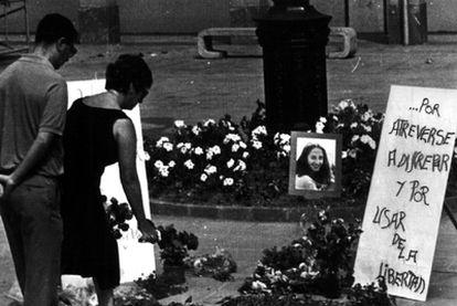 Vecinos de Ordizia (Guipúzcoa) colocan flores en el lugar en el que cayó asesinada, en 1986, María Dolores González Cataráin, <i>Yoyes</i>.