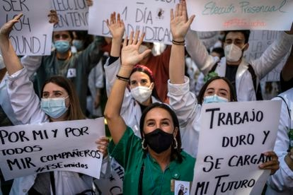 Concentración de Médicos Internos Residentes (MIR) frente al Ministerio de Sanidad en protesta por el sistema de elección de plazas este martes.