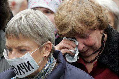 Manifestantes protestan contra el asesinato de la periodista rusa, Anna Politkóvskaya.