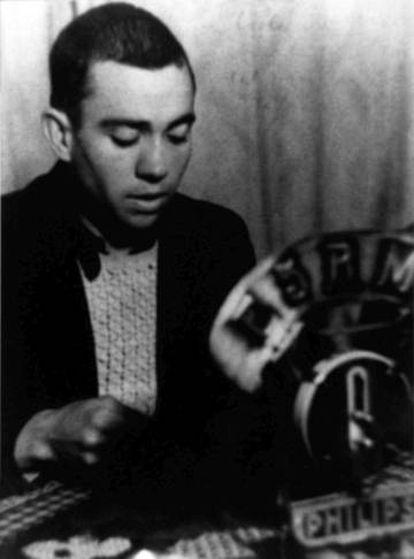 El poeta Miguel Hernández lee uno de sus poemas en Radio París.
