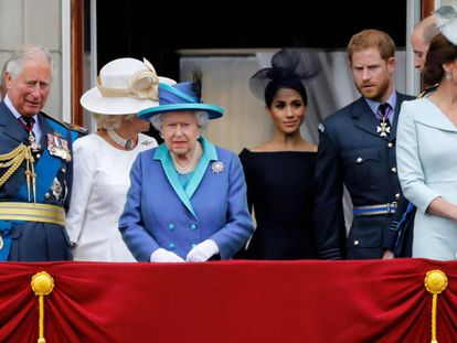 La reina Isabel II, acompañada del núcleo directo de la familia real británica, en el balcón del palacio de Buckingham.