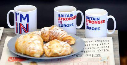 Cruasanes y tazas con el lema de la campaña que defiende la permanencia de Reino Unido, en la mesa que ha utilizado este jueves David Cameron para una entrevista televisiva.