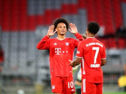 Leroy Sané y Serge Gnabry celebran uno de los goles del partido contra el Schalke 04 este viernes en el Allianz Arena en la jornada inaugural de la Bundesliga