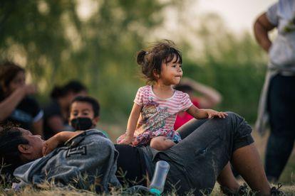 Familias migrantes esperan a ser procesadas por la Patrulla Fronteriza en La Joya, Texas, el 21 de junio.