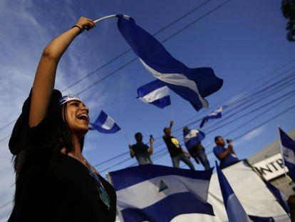 Una joven ondea una bandera en una protesta este viernes