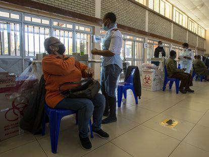 Una mujer recibe la vacuna en el hospital Chris Hani Baragwanath Academic en la ciudad de Soweto, en Sudáfrica, el pasado lunes.