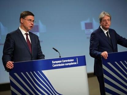 El vicepresidente de la Comisión Europea, Valdis Dombrovskis (izquierda), junto al comisario europeo de Economía, Paolo Gentiloni.