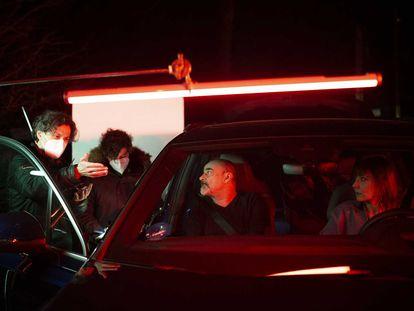Rodrigo Cortés (izquierda) dirige a Eduard Fernández y Nathalie Poza (ambos en el coche) en 'La broma'.