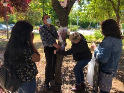 Familiares de los fallecidos colocan fotos y flores en los árboles situados junto a la residencia de la Comunidad de Madrid en Alcorcón, el pasado 14 de junio.
