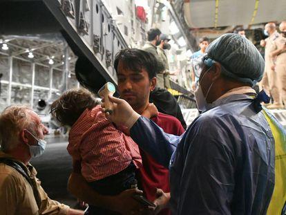 Periodistas afganos y sus familias durante su llegada a México en la madrugada del miércoles.