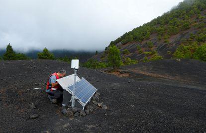 Stavros Meletlidis, del IGN, trabaja dos días antes de la erupción en una de las estaciones sísmicas que ahora deben limpiarse a diario.