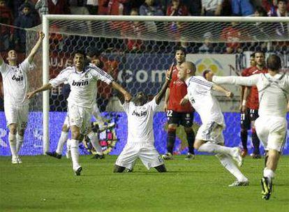 Higuaín, Torres, Diarra (arrodillado), pepe y Sneijder (de espaldas), celebran el título nada más pitar el árbitro el final.