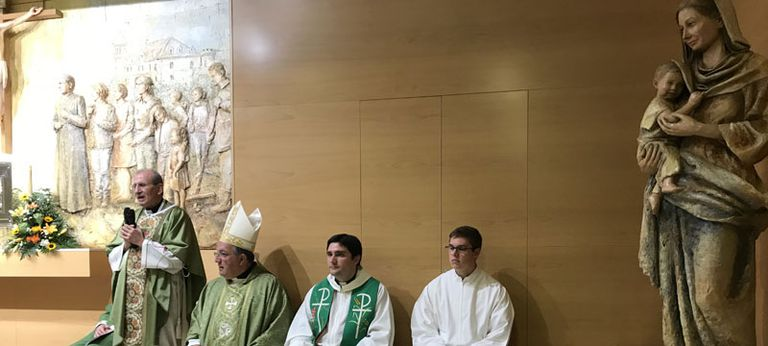 El padre Contreras, primero por la izquierda, durante la toma de posesión como párroco de la Iglesia de Alrconcón.
