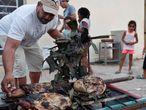 Un hombre asa carne esta Nochevieja en Cuba.