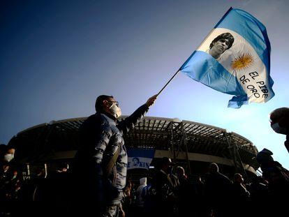 Un aficionado del Nápoles ondea una bandera de Argentina en los alrededores del estadio napolitano.