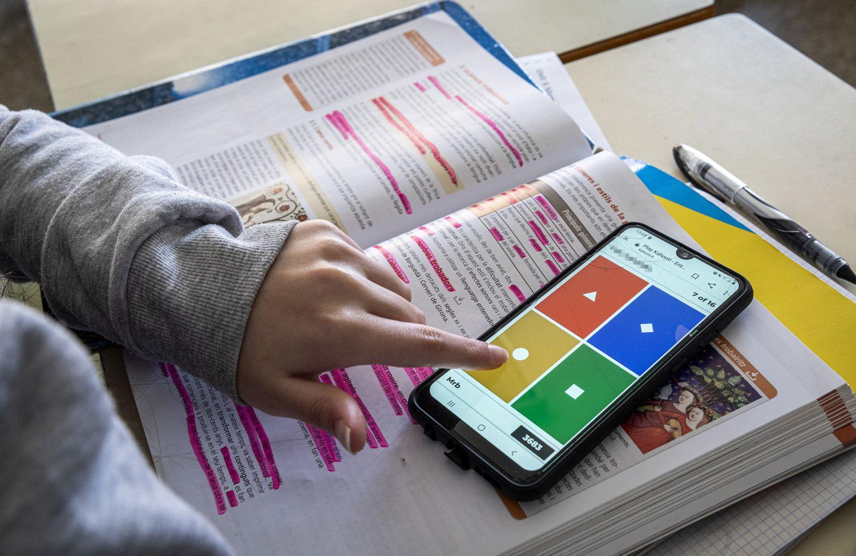 Una alumna utiliza una aplicación en su móvil.