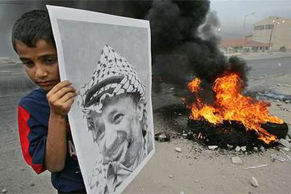 Miles de palestinos han salido a las calles con retratos de Arafat para quemar neumáticos en señal de duelo.