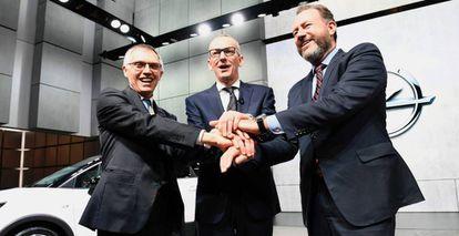 Desde la izquierda: los presidentes de PSA, Carlos Tavares, Opel, Karl-Thomas Neumann, y GM, Dan Ammann, en la presentación del nuevo Opel Crossland X