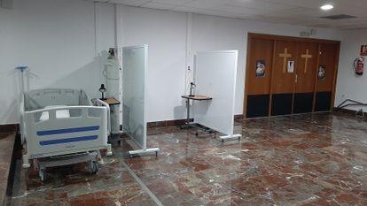 El Hospital de Elche (Alicante) tuvo que habilitar camas en la cafetería y la capilla para pacientes sin covid a finales de diciembre.