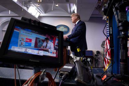 El presidente Donald Trump se dirige a los ciudadanos el pasado 5 de noviembre, en la comparecencia que interrumpieron varios medios.