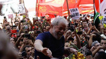 Lula junto a sus seguidores en abril de 2018.