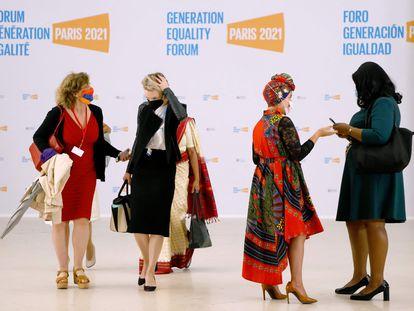 Cuatro de las mujeres participantes en el foro Generación Igualdad llegan a la sede de París donde se está celebrando este encuentro,auspiciado por ONU Mujeres, hasta el 2 de julio.