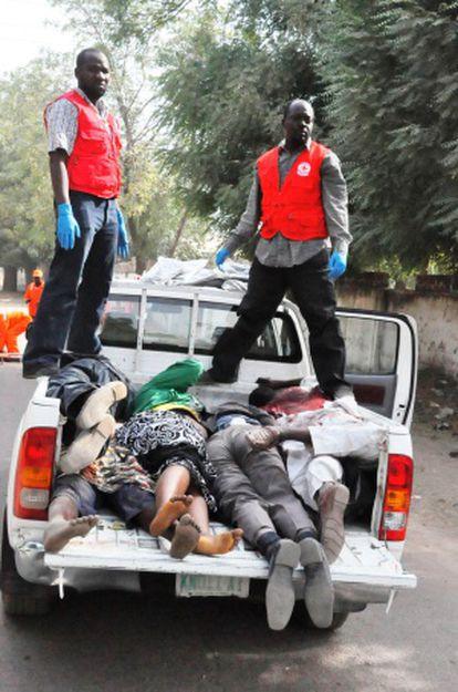 Una camioneta transporta los cadáveres de algunas de las víctimas de los ataques de la secta islamista Bioko Haram.