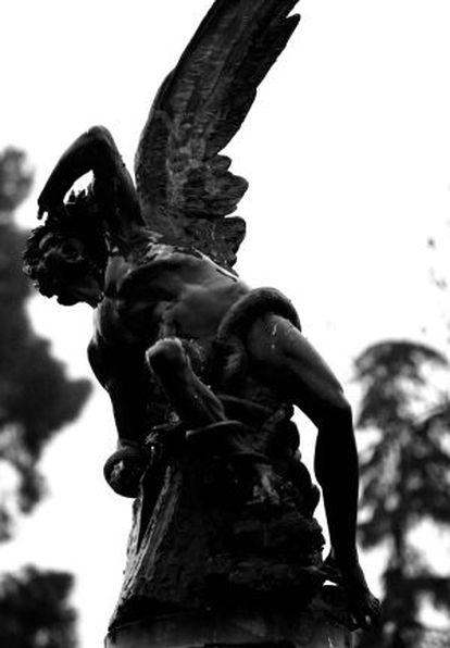 Estatua del Ángel caído en el parque del Retiro.