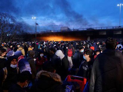 Un grupo de migrantes evacuados por gendarmes franceses en un campamento cerca de París en noviembre de 2020.