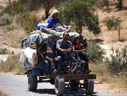 Civiles sirios regresan a sus hogares en la zona de Deraa este sábado.