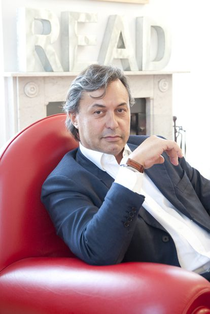 Riccardo Cavallero, en su domicilio de Milán, durante la entrevista concedida a EL PAÍS. Al fondo se puede ver la palabra read (lee).