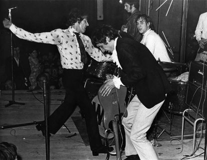 Los miembros de The Who, Roger Daltrey, Pete Townshend (aplastando su guitarra contra el escenario), John Entwistle y Keith Moon, durante un concierto.