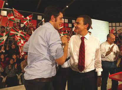 Eduardo Madina saluda a José Luis Rodríguez Zapatero en el mitin de Barakaldo.