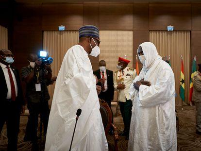 El presidente nigeriano Muhammadú Buhari, a la izquierda, saluda al imam Mahmud Dicko, líder de las protestas en Malí, este jueves en un salón del hotel Sheraton de Bamako.