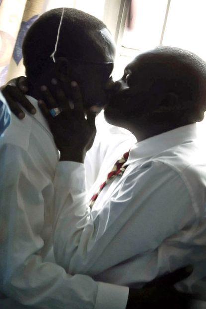 Dos homosexuales se besan en un callejón de Nairobi.