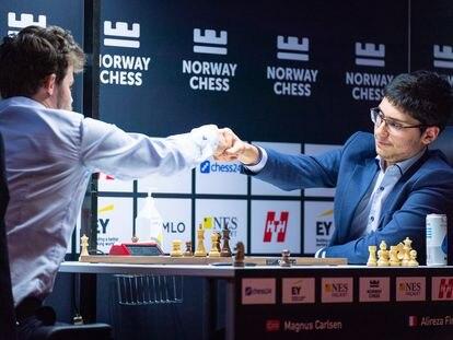 Firouzja felicita a Carlsen tras rendirse en su partida de hoy en Stavanger (Noruega)