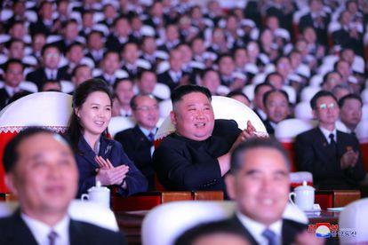 La primera dama norcoreana, Ri Sol Ju, y su marido, el líder supremo Kim Jong Un, en su asistencia el miércoles a un concierto en Pyongyang