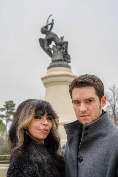 Minerva García y Miguel Pastor, al frente de la asociación Satanistas de España, posan ante la estatua del Ángel Caído del Retiro.