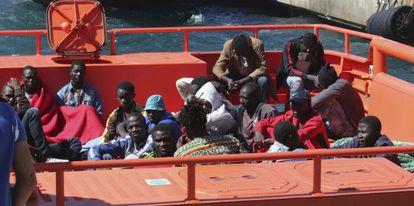 Inmigrantes subsaharianos, rescatados de una patera al sur de Motril (Granada), a su llegada al puerto de Almería.