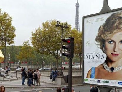 Una de las vallas de la película sobre Diana de Gales, situada en París.