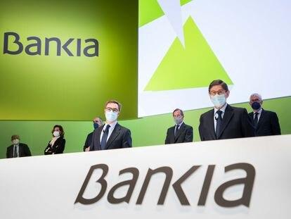 José Ignacio Goirigolzarri, en primer plano el primero por la derecha, y otros miembros del consejo de Bankia, durante la junta de accionistas celebrada este martes en Valencia.
