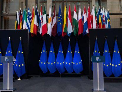 Banderas de la UE y los Estados miembros, en el edificio del Consejo Europeo en Bruselas.