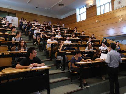 Un grupo de estudiantes, el 6 de junio de 2019 en el examen de Selectividad en la Complutense.