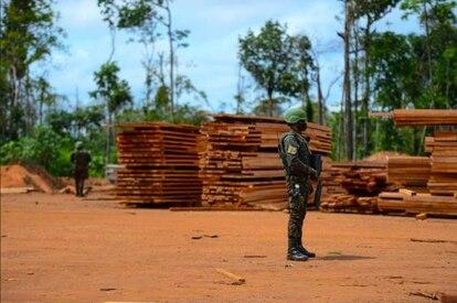 Un soldado del Ejército brasileño hace guardia en Roraima, en la Amazonia brasileña.
